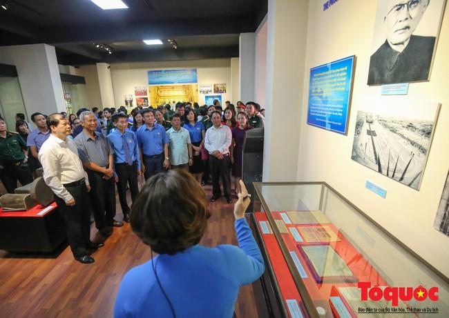 Khai mạc trưng bày 300 hiện vật, hình ảnh tái hiện 90 năm xây dựng và phát triển Công đoàn Việt Nam - Ảnh 3.