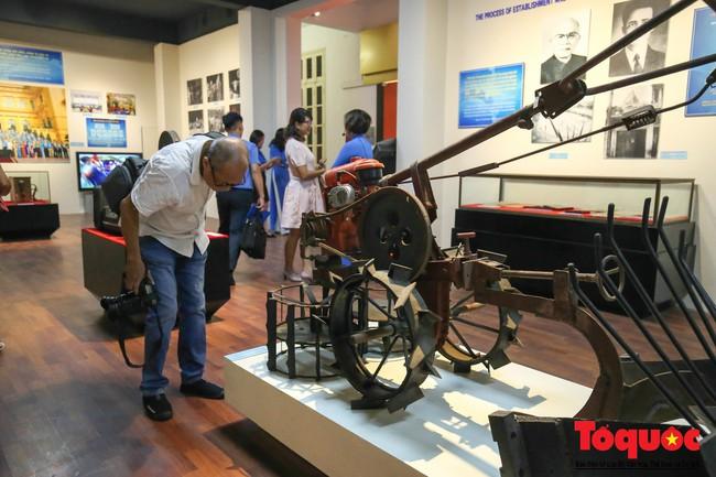 Khai mạc trưng bày 300 hiện vật, hình ảnh tái hiện 90 năm xây dựng và phát triển Công đoàn Việt Nam - Ảnh 5.