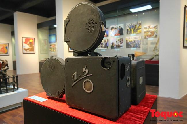 Khai mạc trưng bày 300 hiện vật, hình ảnh tái hiện 90 năm xây dựng và phát triển Công đoàn Việt Nam - Ảnh 8.