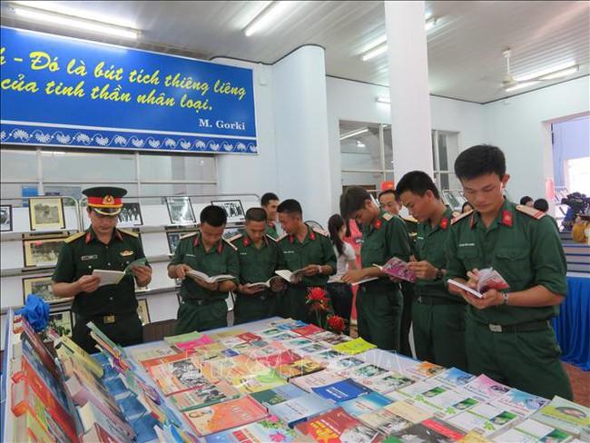 Triển lãm sách - ảnh Chủ tịch Hồ Chí Minh sống mãi trong sự nghiệp của chúng ta tại Cần Thơ - Ảnh 1.