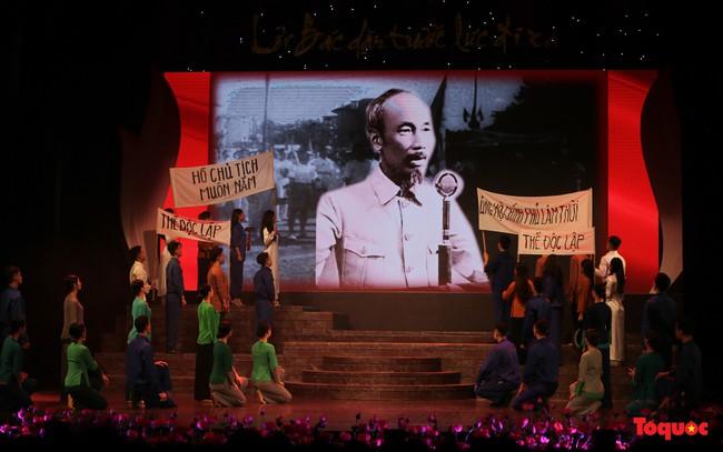 Lời Bác dặn trước lúc đi xa: Kể câu chuyện lịch sử đầy cảm xúc về Chủ tịch Hồ Chí Minh bằng thơ và nhạc - Ảnh 3.