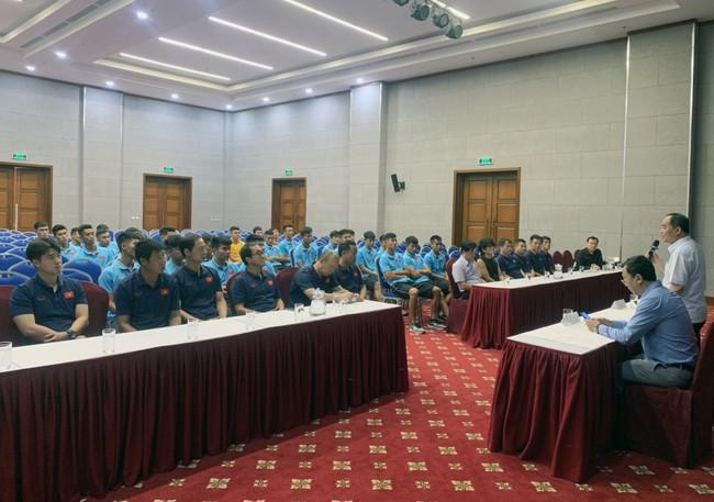 Thứ trưởng, Chủ tịch VFF Lê Khánh Hải thăm và động viên Đội tuyển U22 Việt Nam - Ảnh 2.