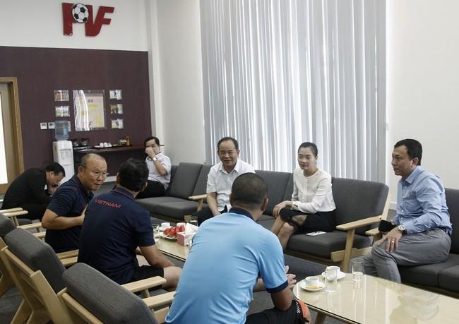 Thứ trưởng, Chủ tịch VFF Lê Khánh Hải thăm và động viên Đội tuyển U22 Việt Nam - Ảnh 5.