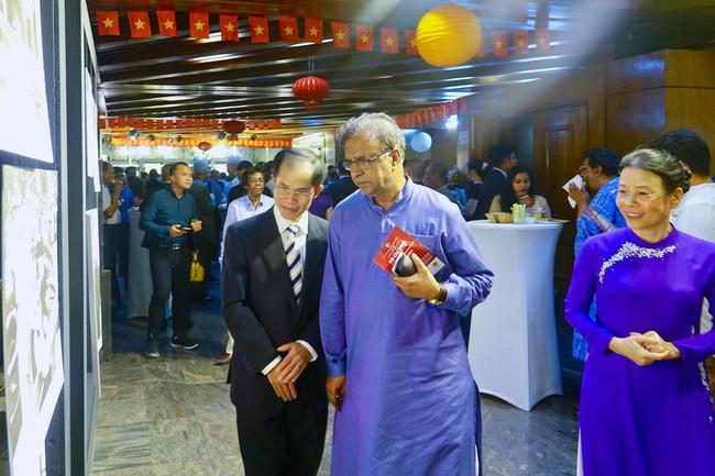 Triển lãm ảnh Dấu ấn Chủ tịch Hồ Chí Minh tại Bangladesh - Ảnh 1.