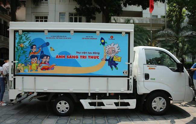 Lễ trao tặng xe ô tô thư viện lưu động đa phương tiện cho 31 thư viện tỉnh/thành phố - Ảnh 2.