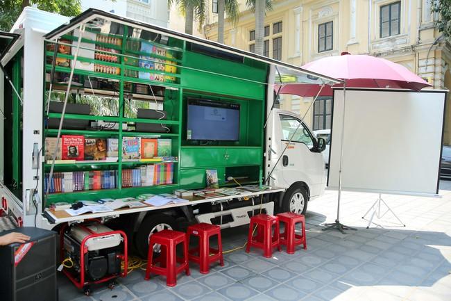 Lễ trao tặng xe ô tô thư viện lưu động đa phương tiện cho 31 thư viện tỉnh/thành phố - Ảnh 3.