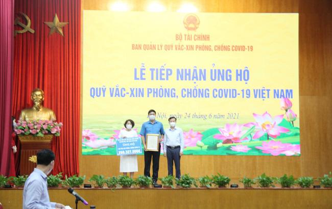Công đoàn Bộ VHTTDL trao tiền ủng hộ Quỹ vắc xin phòng, chống Covid-19 - Ảnh 1.