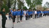 Đoàn thanh niên Bộ VHTTDL dâng hương tại Khu Tưởng niệm các anh hùng liệt sĩ Pò Hèn