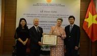 Thứ trưởng Lê Quang Tùng trao tặng Kỷ niệm chương cho Đại sứ Rumani tại Việt Nam