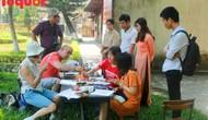 Du khách quốc tế thích thú trải nghiệm làm tranh làng Sình tại Huế
