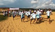 Sôi nổi hoạt động thi bơi, chạy và trượt đồi cát tại Bàu Trắng, Bình Thuận
