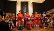 Áo dài Việt Nam chinh phục bạn bè Nga
