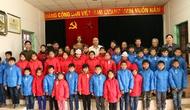 Công đoàn Bộ trao quà tặng của Bộ trưởng Hoàng Tuấn Anh và một số quần áo ấm cho đồng bào các dân tộc miền núi phía Bắc