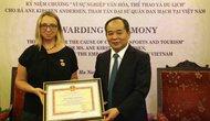 Trao Kỷ niệm chương Vì sự nghiệp VHTTDL cho Tham tán Đại sứ quán Đan Mạch tại Việt Nam