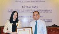 """Trao Kỷ niệm chương """"Vì sự nghiệp Văn hóa, Thể thao và Du lịch"""" cho Đại sứ Ba Lan tại Việt Nam"""