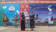 Vụ Thư viện trao tặng sách cho trường học tại Gia Lai