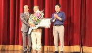 Tặng kỷ niệm chương Vì sự nghiệp Văn hóa, Thể thao va Du lịch cho Tiến Sĩ Chua Soo Pong