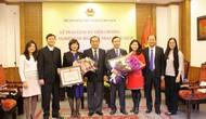Trao tặng Kỷ niệm chương Vì Sự nghiệp VHTTDL cho Đại sứ Việt Nam tại Liên hợp quốc và Slovakia