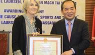 """Trao Kỷ niệm chương """"Vì sự nghiệp VHTTDL"""" cho Đại sứ Đan Mạch tại Việt Nam"""