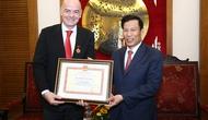 Trao kỷ niệm chương Vì Sự nghiệp VHTTL cho Chủ tịch FIFA